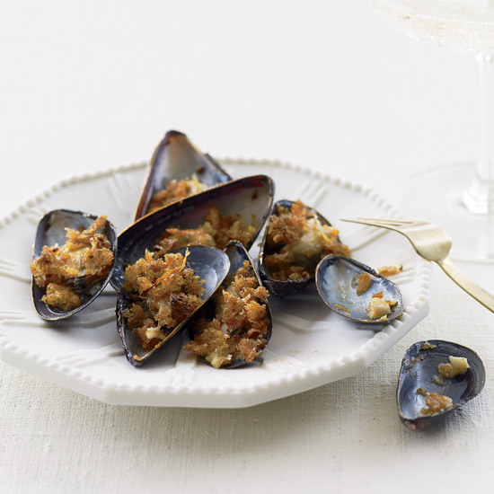 Broiled Mussels with Hot Paprika Crumbs