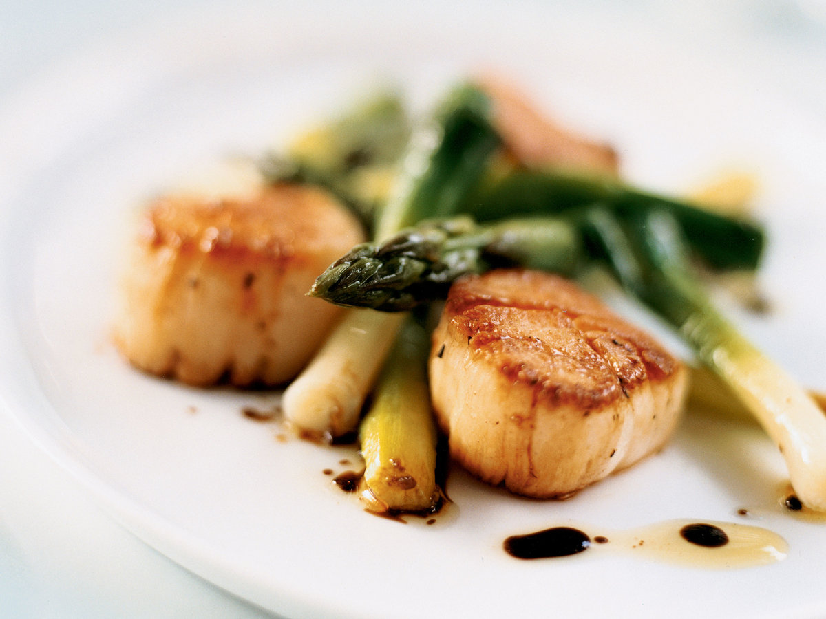 Seared Scallop Salad with Asparagus and Scallions
