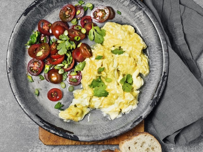 scrambled-eggs-tomato-healthy-breakfast