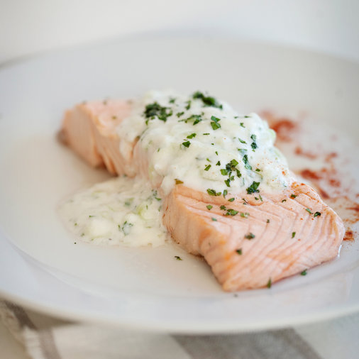 "<h1 itemprop=""name"">Poached Salmon with Cucumber Raita</h1>"