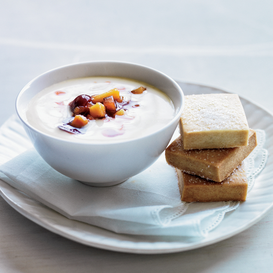 Vanilla pudding with shortbread cookies