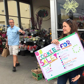 Food & Wine: Jennifer Garner Helps Sell Girl Scout Cookies Outside a Grocery Store