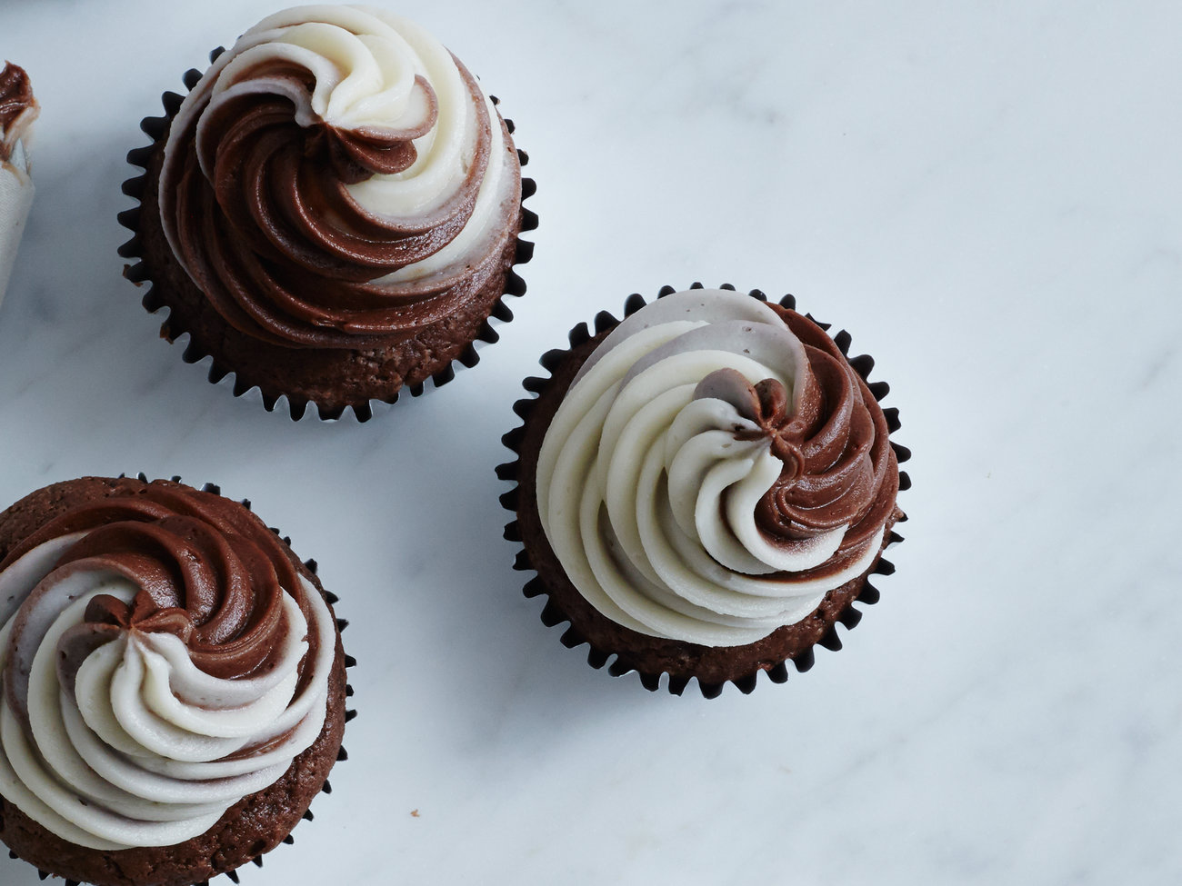 201503-FT-black-and-white-cupcakes.jpg