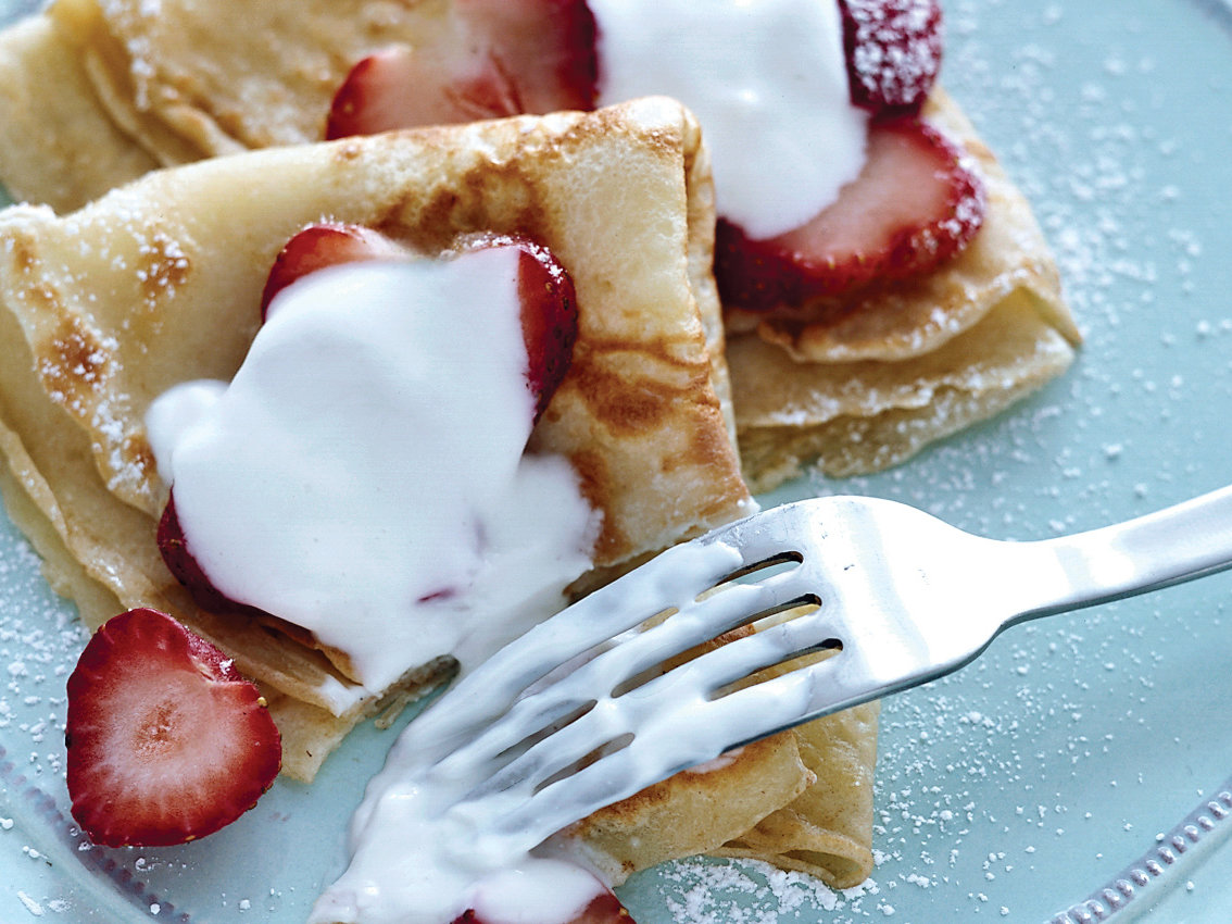 Crêpes with Strawberries and Muscat-Yogurt Sauce