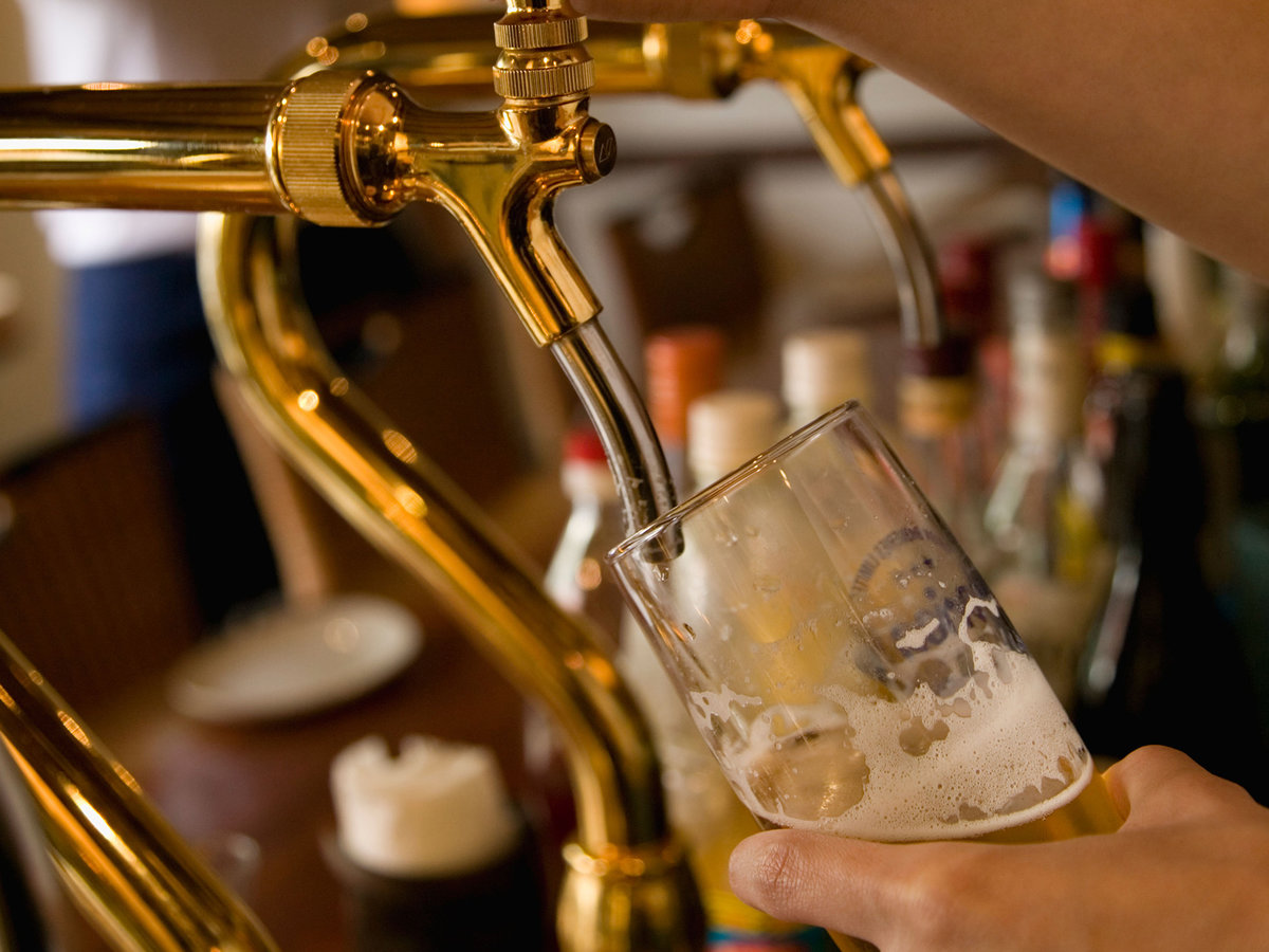 A7201M Bartender pouring beer to glass