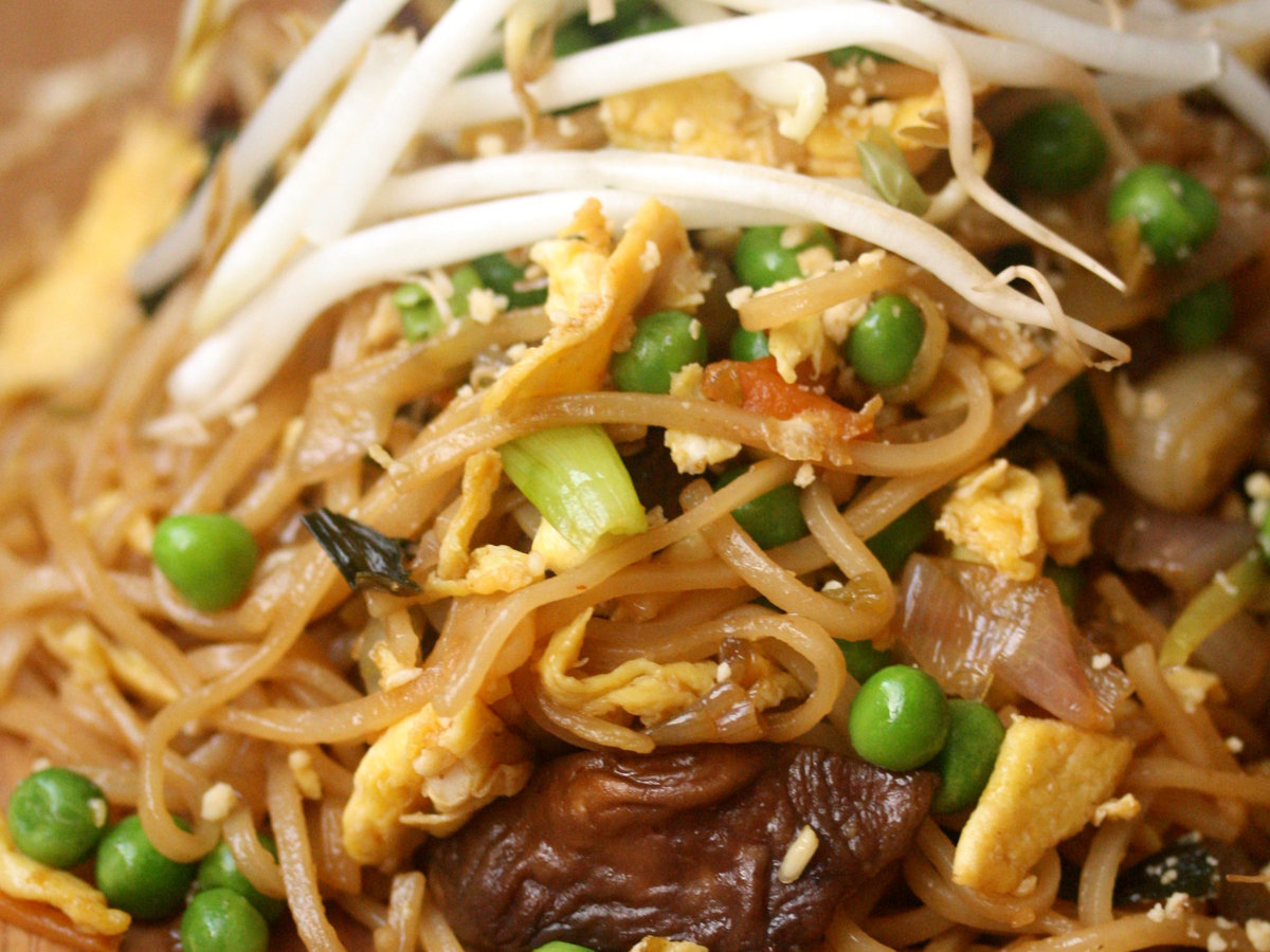original-201310-r-vegetable-pad-thai-with-peas-and-sprouts.jpg