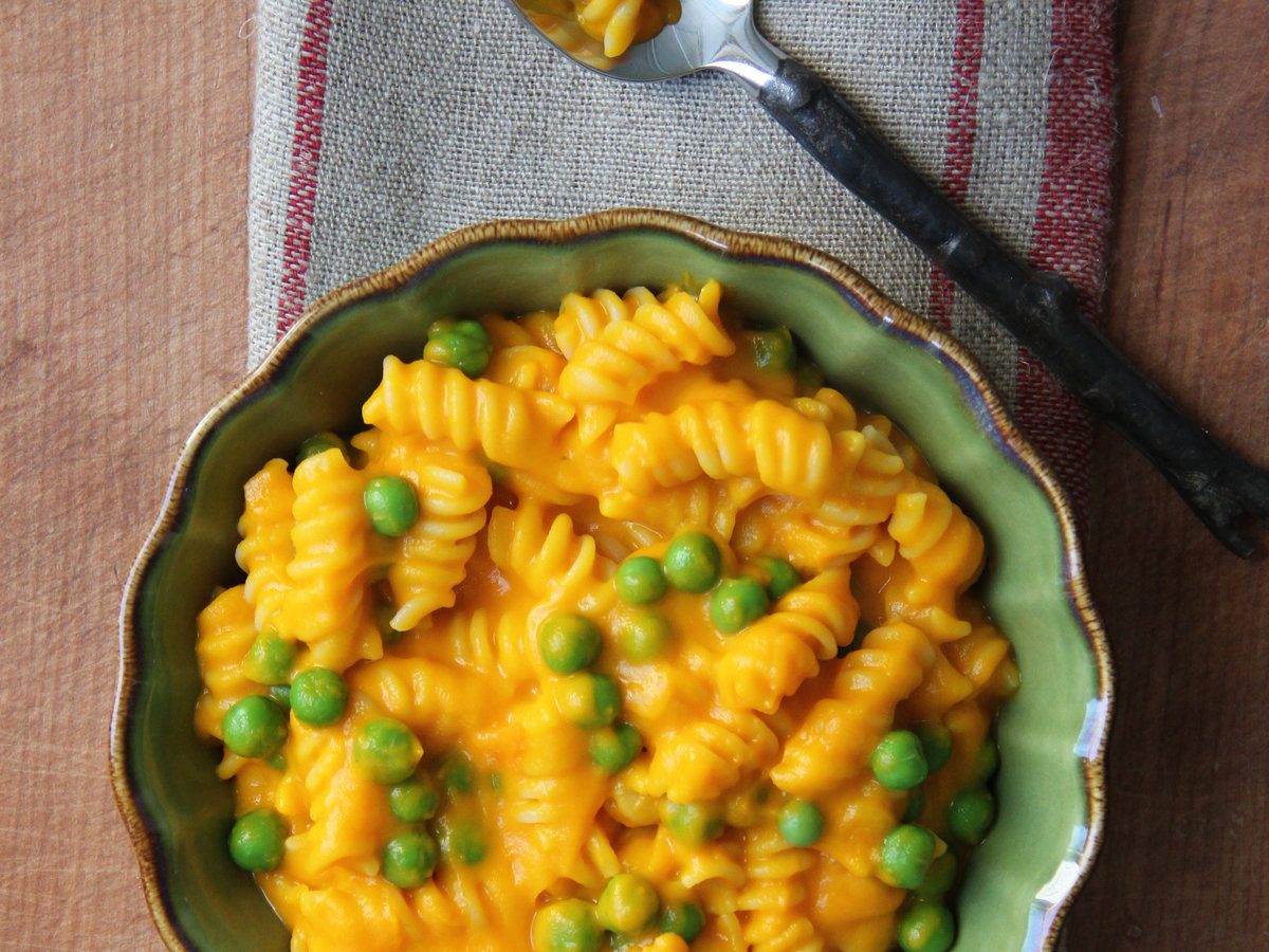 201404-r-carrots-n-peas-mac-n-cheese.jpg