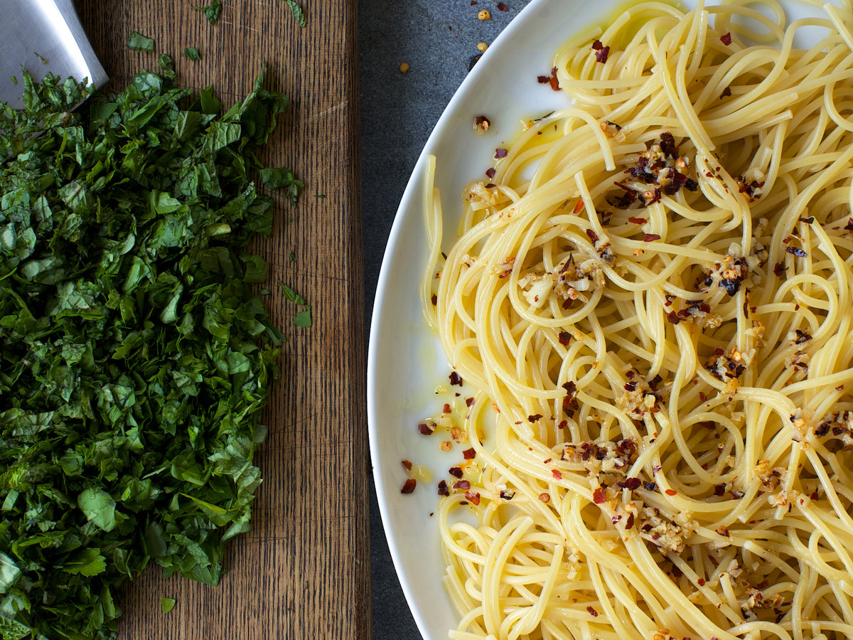 201408-r-spicy-spaghetti-with-many-herbs.jpg
