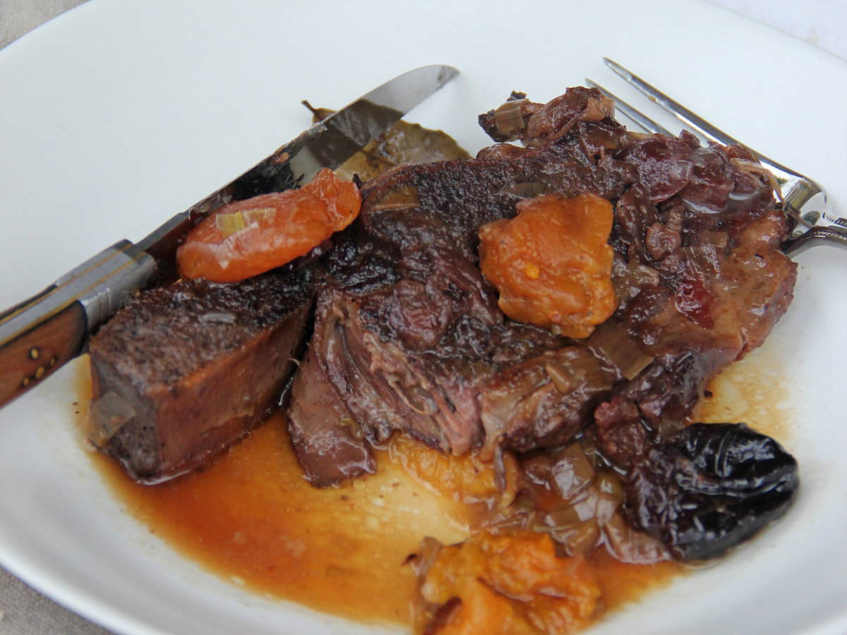 201405-r-wine-and-dried-fruit-short-ribs.jpg