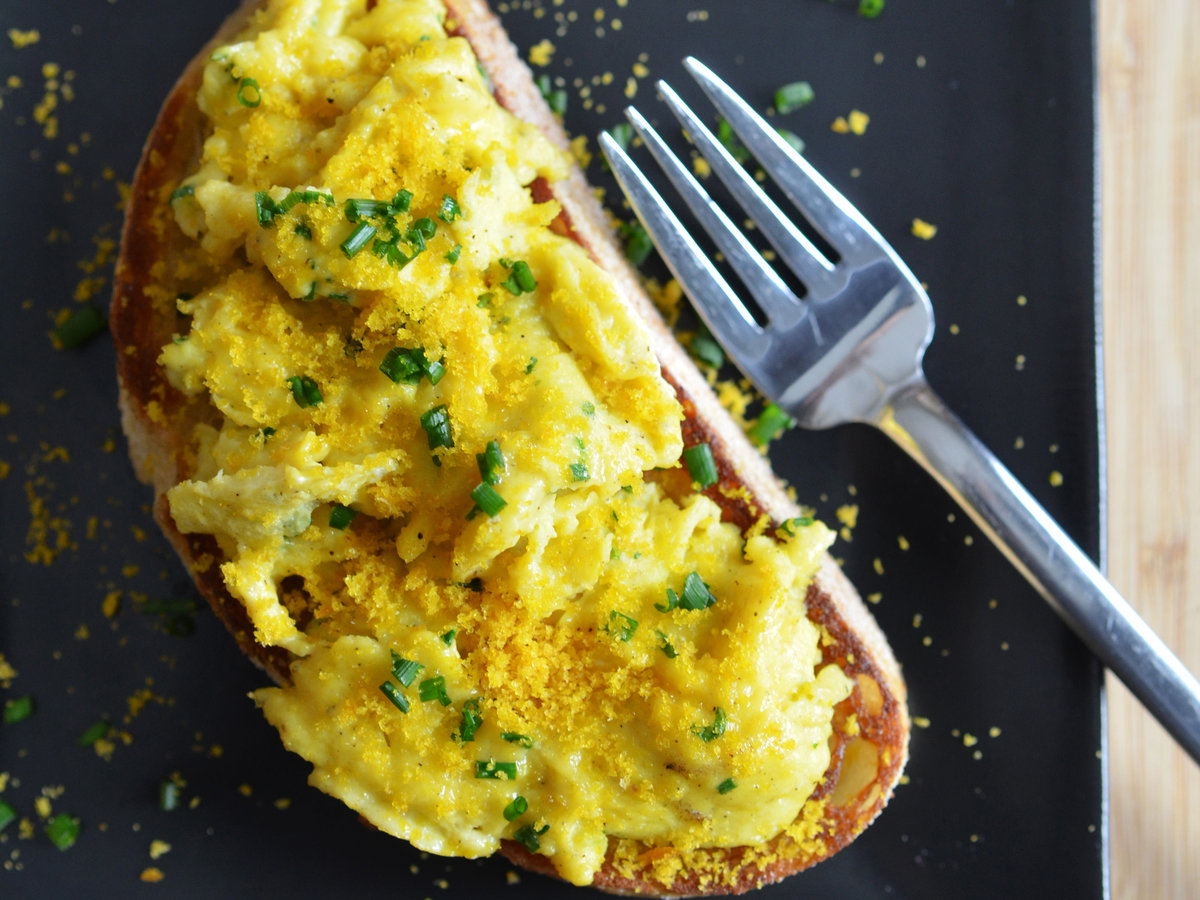 original-201405-r-soft-scrambled-egg-toasts-with-bottarga.jpg