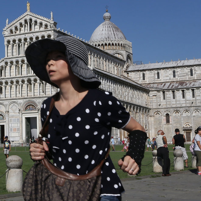 FWX GET RID OF TOURISTS IN YOUR VACATION PHOTOS
