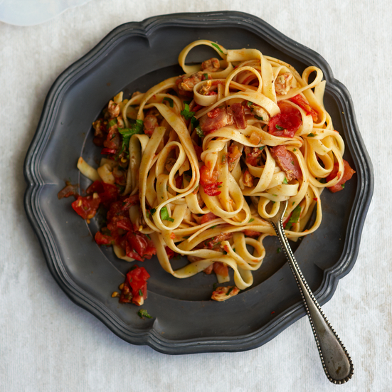 Linguine with Clams, Bacon, and Tomato